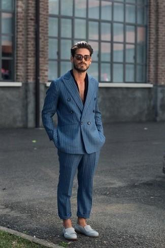 Comment porter un costume à rayures verticales bleu: Associe un costume à rayures verticales bleu avec une chemise à manches courtes noire pour achever un look habillé mais pas trop. Jouez la carte classique pour les chaussures et assortis cette tenue avec une paire de des slippers en daim bleu clair.