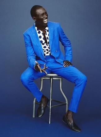 Comment porter des slippers en cuir bleu marine: Pense à associer un costume bleu avec une chemise à manches longues á pois blanc et bleu marine pour une silhouette classique et raffinée. Ajoute une paire de des slippers en cuir bleu marine à ton look pour une amélioration instantanée de ton style.