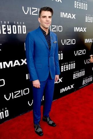 Comment porter: costume bleu, chemise à manches longues á pois bleu marine, chaussures brogues en cuir noires