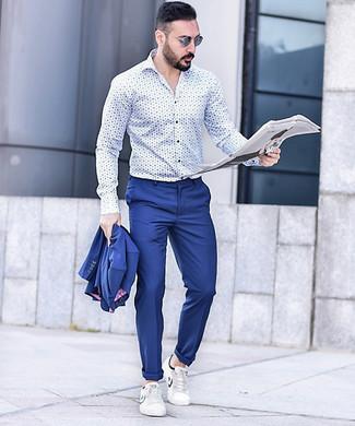 Comment porter: costume bleu, chemise à manches longues imprimée blanc et bleu, baskets basses en cuir blanches, lunettes de soleil bleues