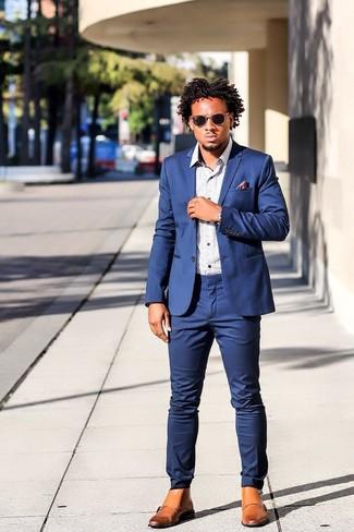 Comment porter un costume bleu: Pense à porter un costume bleu et une chemise à manches longues imprimée blanche pour une silhouette classique et raffinée. Tu veux y aller doucement avec les chaussures? Termine ce look avec une paire de des bottes brogue en cuir marron clair pour la journée.