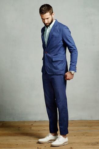 Comment porter: costume bleu, chemise de ville à rayures verticales vert menthe, chaussures derby en cuir blanches