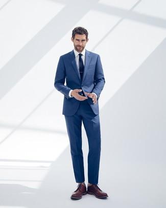 Comment porter: costume bleu, chemise de ville blanche, chaussures brogues en cuir marron, cravate bleu marine