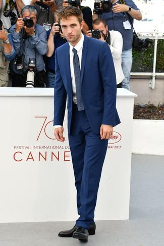 Comment porter une cravate en laine bleu marine: Pense à harmoniser un costume bleu avec une cravate en laine bleu marine pour une silhouette classique et raffinée. Une paire de des chaussures derby en cuir noires apportera un joli contraste avec le reste du look.