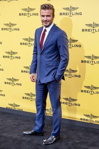 Tenue de David Beckham: Costume bleu, Chemise de ville blanche, Chaussures derby en cuir noires, Cravate en tricot bordeaux