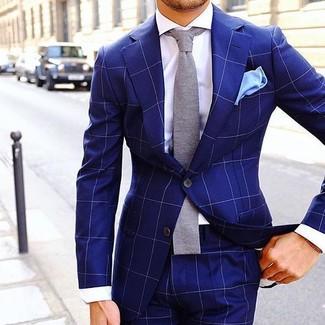Comment porter: costume à carreaux bleu, chemise de ville blanche, cravate en tricot grise, pochette de costume bleu clair