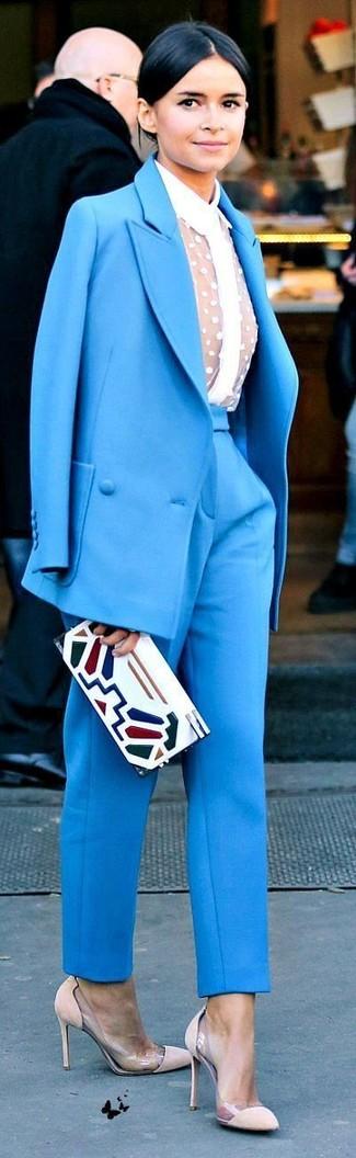 Tenue de Miroslava Duma: Costume bleu, Chemise de ville en dentelle blanche, Escarpins en daim beiges, Pochette en cuir imprimée blanche