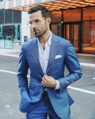 Comment porter: costume bleu, chemise de ville bleu clair, pochette de costume blanche