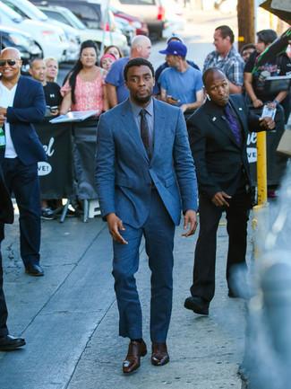 Comment porter: costume bleu, chemise de ville bleue, chaussures richelieu en cuir marron foncé, cravate bleu canard