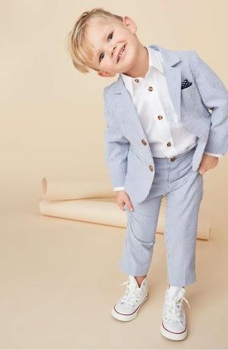 Tenue: Costume bleu clair, Chemise à manches longues blanche, Baskets blanches, Pochette de costume bleu marine et blanc