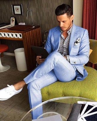 Comment porter: costume bleu clair, chemise à manches longues imprimée bleue, tennis blancs, pochette de costume imprimée blanche