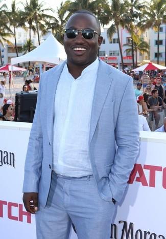 Comment porter: costume bleu clair, chemise à manches longues en lin blanche, lunettes de soleil noires