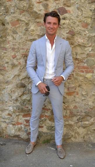 Comment porter: costume bleu clair, chemise de ville blanche, mocassins à pampilles en daim gris, lunettes de soleil noires