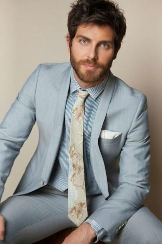 Comment porter: costume bleu clair, chemise de ville à rayures verticales bleu clair, cravate à fleurs beige, pochette de costume blanche