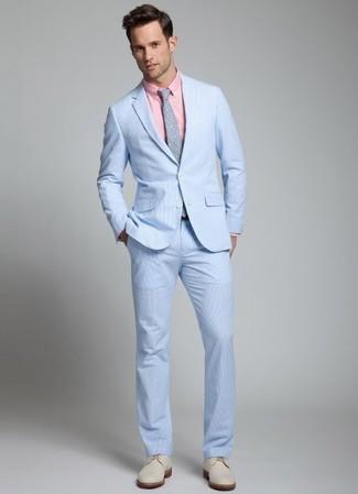 Comment porter: costume en seersucker bleu clair, chemise de ville rose, chaussures derby en daim beiges, cravate á pois grise