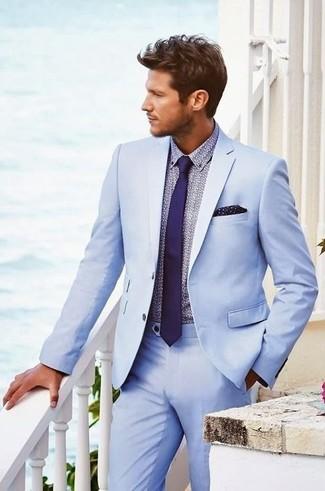 Comment porter: costume bleu clair, chemise de ville imprimée violet clair, cravate violette, pochette de costume á pois bleu marine
