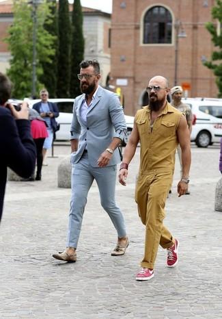 Comment porter: costume bleu clair, chemise de ville violet clair, mocassins à pampilles en cuir marron clair, montre dorée