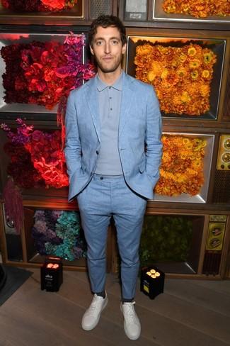 Comment porter: costume bleu clair, pull à col polo bleu clair, baskets basses en cuir blanches, chaussettes gris foncé