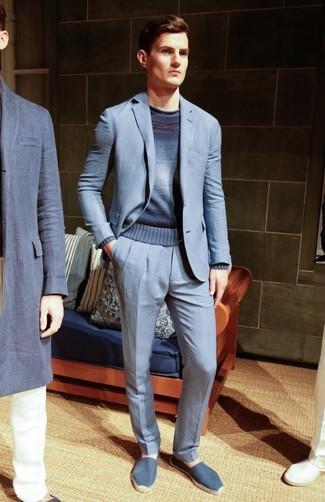 Comment porter: costume bleu clair, pull à col rond ombre bleu marine, espadrilles en toile bleues