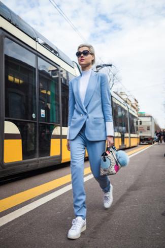 Comment porter: costume bleu clair, pull à col roulé blanc, baskets basses blanches
