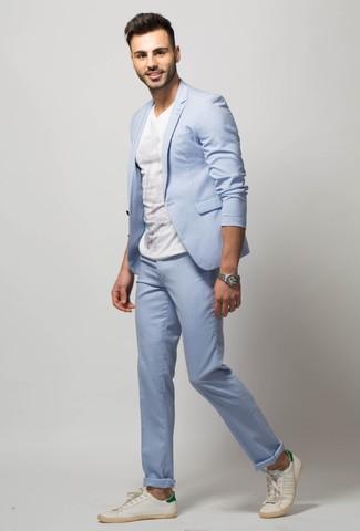 Comment porter: costume bleu clair, t-shirt à col rond blanc, baskets basses en cuir blanches, montre argentée