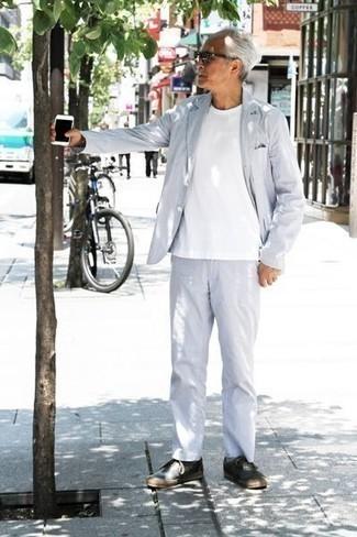 Comment porter des lunettes de soleil noires après 60 ans: Harmonise un costume bleu clair avec des lunettes de soleil noires pour obtenir un look relax mais stylé. Cette tenue se complète parfaitement avec une paire de des baskets basses en toile bleu marine.