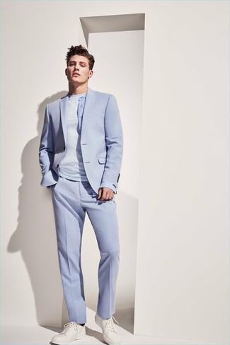 Comment porter: costume bleu clair, t-shirt à col rond bleu clair, baskets basses en cuir blanches