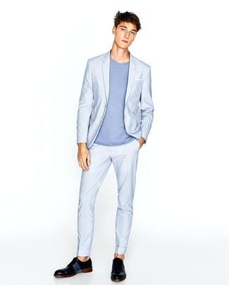 Comment porter: costume bleu clair, t-shirt à col rond bleu clair, chaussures derby en cuir noires