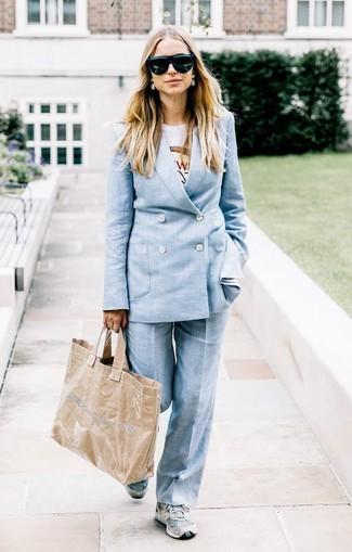 Comment porter: costume bleu clair, t-shirt à col rond imprimé blanc, chaussures de sport grises