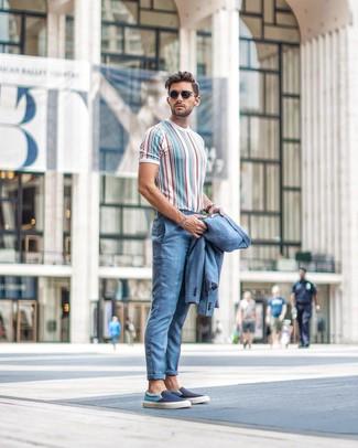 Comment porter: costume bleu clair, t-shirt à col rond à rayures verticales multicolore, baskets à enfiler en toile bleu marine, lunettes de soleil noires