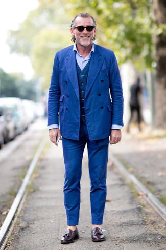 Comment porter: costume bleu, gilet en denim bleu marine, chemise de ville bleu clair, mocassins à pampilles en cuir pourpre foncé
