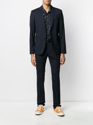 Comment porter: costume bleu marine, chemise à manches courtes imprimée noire, baskets basses en toile orange, ceinture en cuir noire