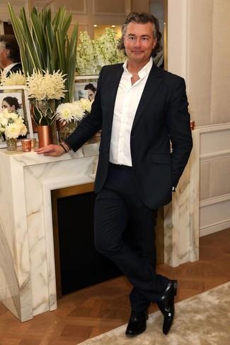 Comment porter: costume bleu marine, chemise à manches longues blanche, chaussures richelieu en cuir noires