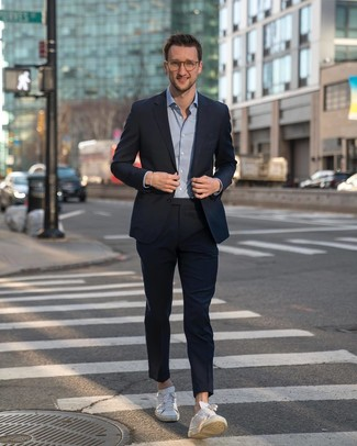 Comment porter: costume bleu marine, chemise à manches longues bleu clair, baskets basses en cuir blanches