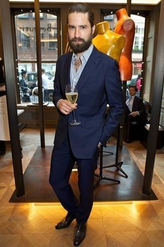 Comment porter: costume bleu marine, chemise à manches longues bleu clair, chaussures richelieu en cuir marron foncé