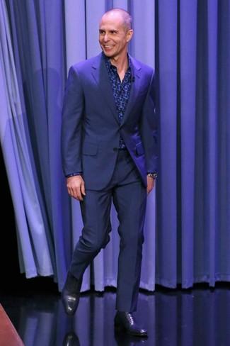 Comment porter: costume bleu marine, chemise à manches longues imprimée bleu marine, chaussures richelieu en cuir bleu marine, montre argentée