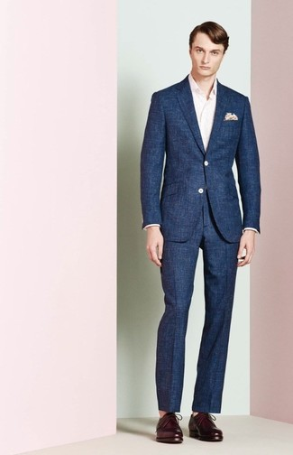 Comment porter: costume bleu marine, chemise à manches longues rose, chaussures derby en cuir pourpre foncé, pochette de costume imprimée beige