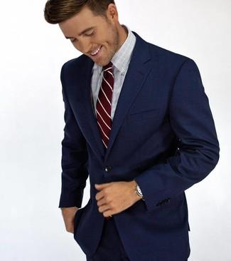 Comment porter: costume bleu marine, chemise de ville à carreaux bleu clair, cravate à rayures verticales bordeaux
