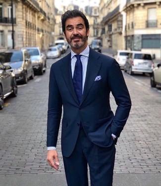 Comment porter: costume bleu marine, chemise de ville à rayures verticales blanc et bleu, cravate bleu marine, pochette de costume bleu clair