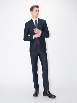 Comment porter une cravate imprimée bleu marine: Pense à porter un costume bleu marine et une cravate imprimée bleu marine pour une silhouette classique et raffinée. D'une humeur créatrice? Assortis ta tenue avec une paire de des bottines chelsea en cuir noires.