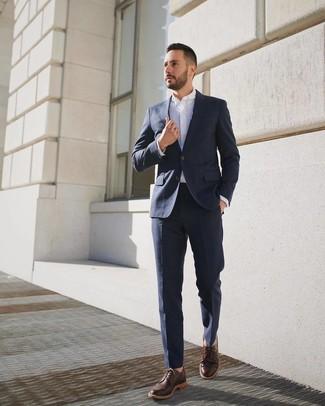 Comment porter: costume bleu marine, chemise de ville blanche, chaussures derby en cuir marron foncé
