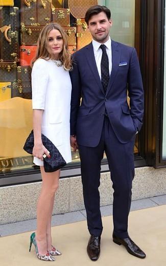 Comment porter une cravate á pois noire: Pense à porter un costume bleu marine et une cravate á pois noire pour dégager classe et sophistication. Une paire de des chaussures derby en cuir marron foncé apportera un joli contraste avec le reste du look.