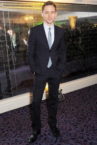 Comment porter: costume à carreaux bleu marine, chemise de ville blanche, chaussures derby en cuir noires, cravate à carreaux bleu clair