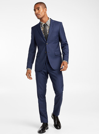 Comment porter: costume bleu marine, chemise de ville à fleurs blanche, chaussures derby en cuir noires, cravate à fleurs noire