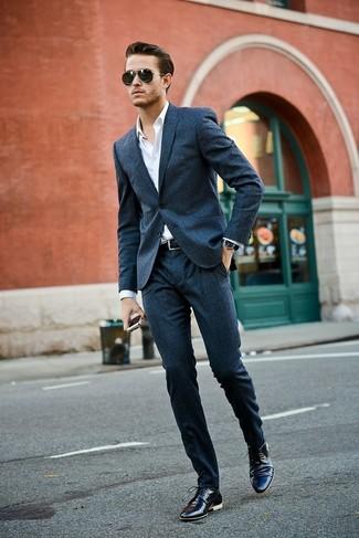 Tenue  Costume en laine bleu marine, Chemise de ville blanche, Chaussures  derby en cuir noires, Ceinture en cuir noire   Mode hommes   Lookastic  France ba31af73552