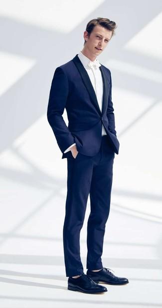 Comment porter: costume bleu marine, chemise de ville blanche, chaussures richelieu en cuir bleu marine, nœud papillon blanc