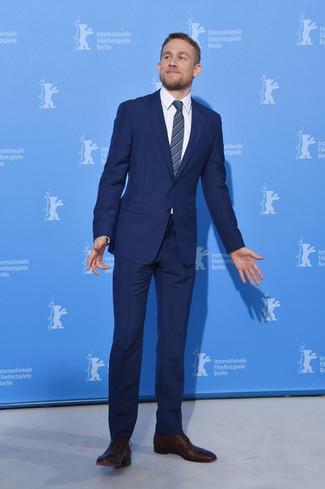 Tenue de Charlie Hunnam  Costume bleu marine 6247f15ab62