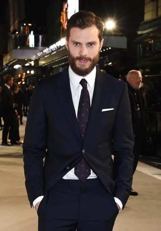 Tenue de Jamie Dornan: Costume bleu marine, Chemise de ville blanche, Cravate á pois bleu marine, Pochette de costume blanche