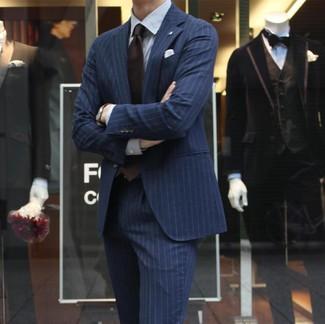 Comment porter: costume à rayures verticales bleu marine, chemise de ville à rayures verticales blanche, cravate marron foncé, pochette de costume blanche