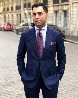 Comment porter: costume à rayures verticales bleu marine, chemise de ville à rayures verticales blanche, cravate imprimée pourpre, pochette de costume pourpre